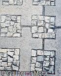 Piso em concreto e pedra portuguesa