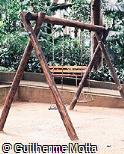 Balanço duplo de madeira