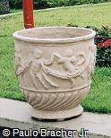 Vaso enfeitado em concreto pintado